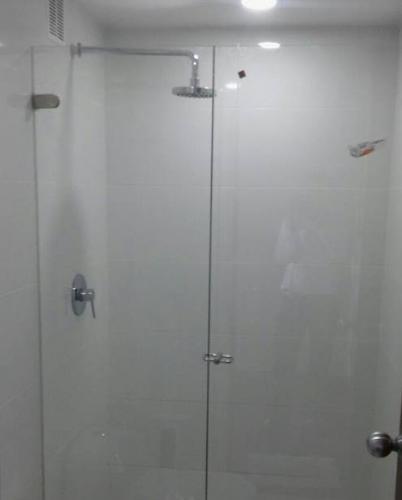 División para baño batiente con cierre chaflán
